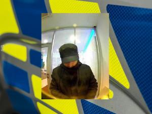PÁTRÁNÍ: V obchoďáku ukradl kabelku, před blokací karty stihl ještě vybrat z bankomatu