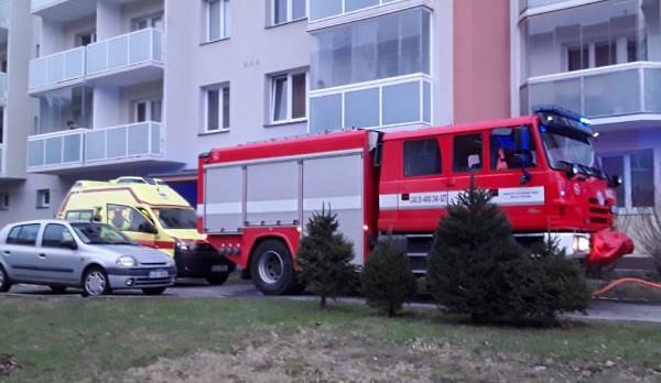 Mladý muž se při požáru bytu nadýchal zplodin. Byl převezen na novoměstské ARO