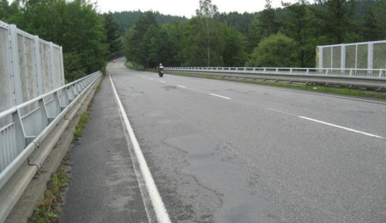 Řidiče od dubna čeká další objížďka. Kvůli stavbě nového mostu u Dvorců na Jihlavsku
