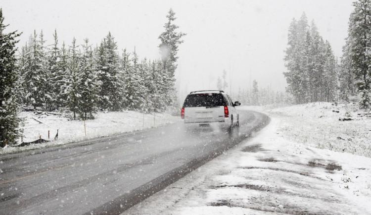 SJÍZDNOST: Na silnicích Vysočiny je rozbředlý či ujetý sníh. Napadlo i 10 centimetrů
