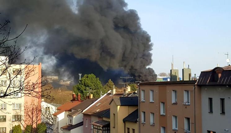 AKTUÁLNĚ: V Hruškových Dvorech hoří firma Enviropol, vzduchem se šíří nebezpečné látky