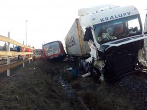 Vrtulník musel zasahovat u ranního střetu vlaku s kamionem. Do půdy unikla nafta