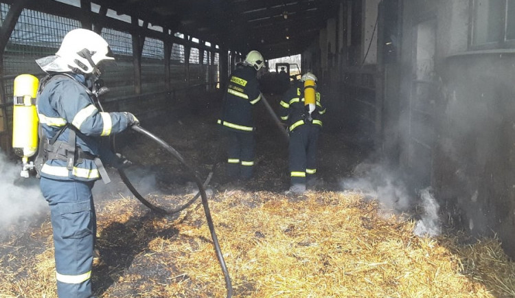 V kravíně zemědělského družstva hořela sláma. Byl vyhlášen druhý stupeň poplachu