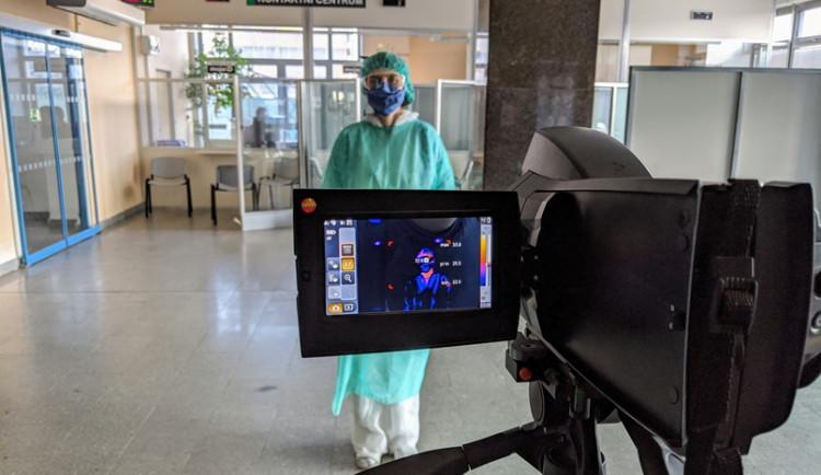 Jihlavská nemocnice má ode dneška termokameru. Příchozím měří teplotu