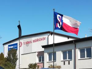 Černá vlajka před bedřichovským Sokolem. Zemřel jeho dlouholetý starosta Josef Zezulka