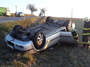 U Staré Říše ráno bouralo osobní auto, skončilo na střeše. Jeden člověk se zranil