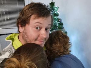 Jsem nejlepší otec na světě. Mám to napsaný na hrníčku a hrníčky nikdy nelžou, říká spisovatel Dominik Landsman