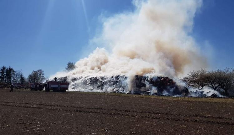VIDEO: Požár stohu zaměstnal osm hasičských jednotek