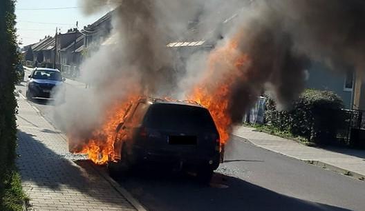 FOTO: Na ulici v Třebíči hořelo osobní auto