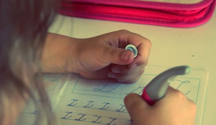 Psychika některých dětí se výukou na dálku může zlepšit. Introvertům situace vyhovuje