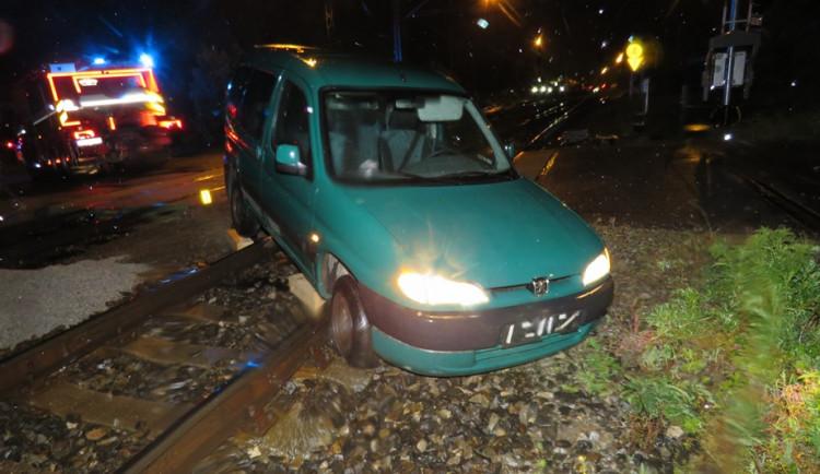Opilec havaroval a zůstal stát s autem v kolejišti. Navíc nikdy nevlastnil řidičák