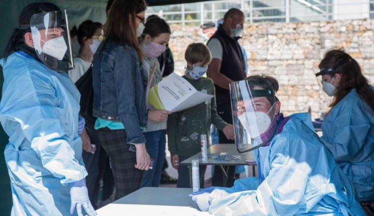 Placené testování na covid-19 bude od zítřka možné už ve všech krajských nemocnicích