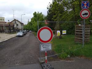 Dokončení oprav v ulici Jiřího z Poděbrad stále v nedohlednu, zastupitelstvo o dílčí dohodě ani nehlasovalo