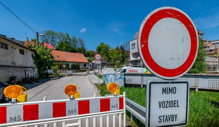 Řidiče v Jihlavě čeká omezení. Začíná oprava mostu přes Koželužský potok