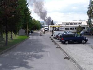 AKTUÁLNĚ: Další požár v průmyslové zóně. V jihlavské firmě hořel přístřešek a část haly