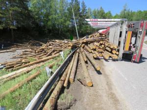 Policie kontrolovala převoz klád na Vysočině, nákladní auta byla často přetížená