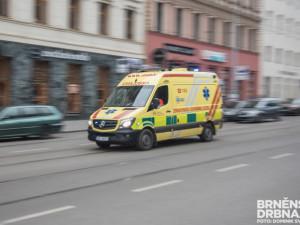 Dvaadvacetiletá řidička dostala smyk a skončila na střeše. Tři lidé se zranili