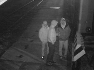 Policisté řeší případ posprejovaného vagonu v Jihlavě. Neznáte muže na fotce?