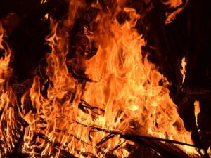 Noční požár na D1. U Měřína hořel tahač s návěsem, doprava na Prahu stála šest hodin