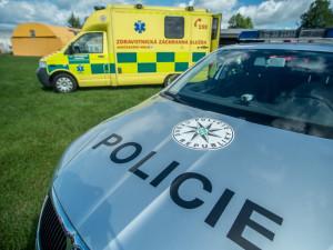 U nehody cyklistky a osobního auta zasahoval vrtulník. Řidič ženě poskytl první pomoc