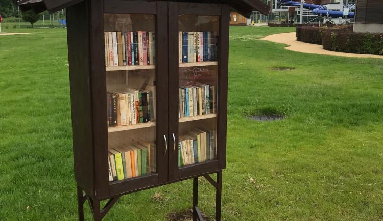 Opalovačka s knihou v ruce. Jihlavské koupaliště má pro své návštěvníky novinku