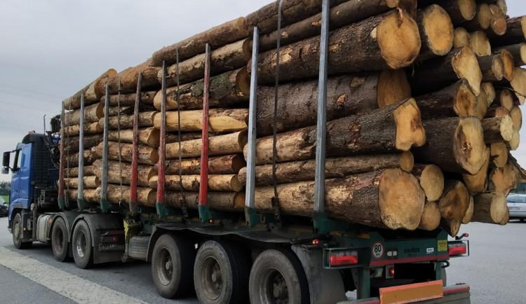 Jedenáct policejních hlídek v kraji kontrolovalo dovozce dřeva. Kvůli častým stížnostem