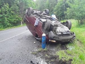 Záchranáři vyjížděli k nehodě u Kostelce. Auto skončilo na střeše, jeden člověk se zranil