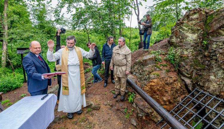 FOTO, VIDEO: Farář požehnal opravené štole u Hybrálce. Byla otevřena v roce 1776