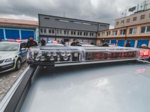 Policisté ve vlaku zpacifikovali mladou agresivní ženu. Ohrožovala je nožem
