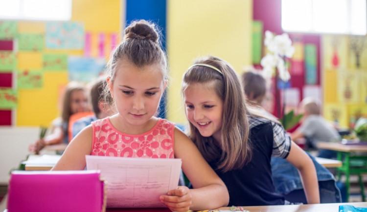 Děti v mnoha školách v kraji dostanou vysvědčení už v pátek. Někde se předá venku