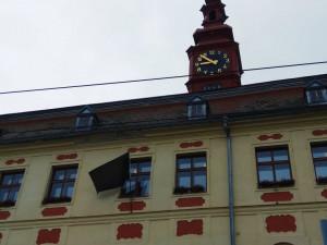 Radnice Jihlavy připomíná popravu Milady Horákové černým praporem
