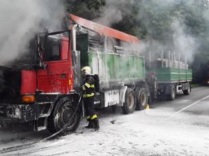 Hasiči si rychle poradili s ohlášeným požárem kabiny nákladního auta