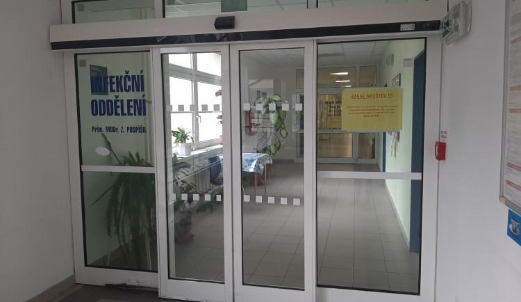 Infekční oddělení třebíčské nemocnice zakazuje návštěvy. Důvodem je hospitalizace pacienta s covid-19