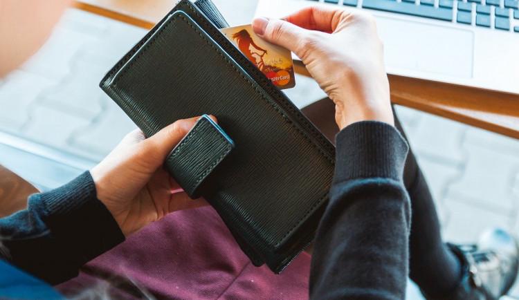 Žena nelenila a nechala si nalezenou peněženku. Je podezřelá ze dvou trestných činů