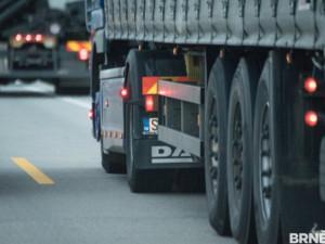 Úsek na dálnici ve směru na Prahu je kvůli nehodě dvou náklaďáků neprůjezdný