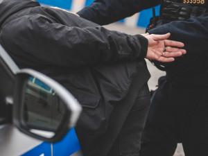 Opilec na zastávce MHD urážel ženu. Skončil v brněnské věznici