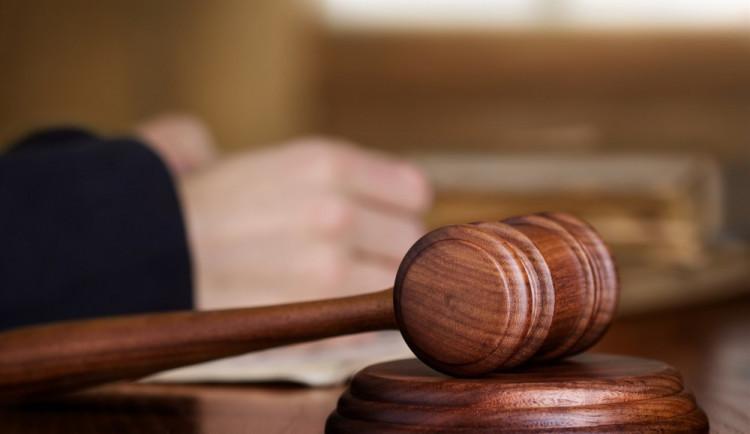Uškrtil manželku a tělo vhodil do rybníka Malé Peklo. Soud mu potvrdil 12 let ve vězení