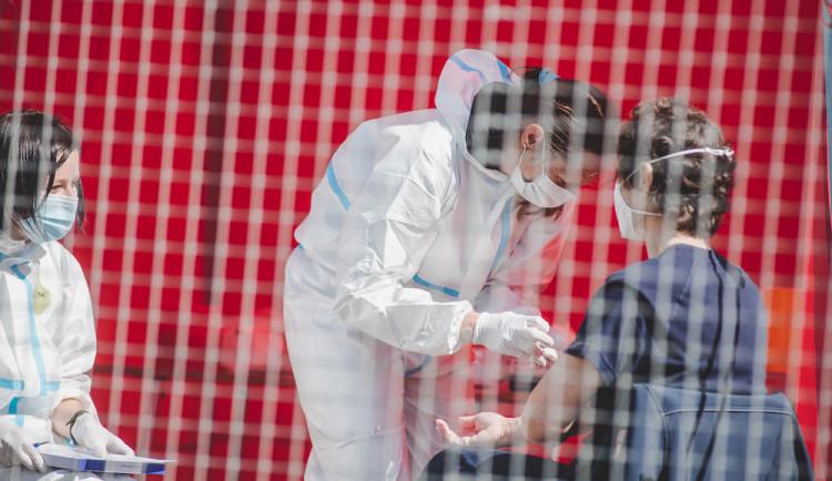 V červnu se na covid-19 v kraji testovalo přes 500 samoplátců. Utratili skoro 900 tisíc