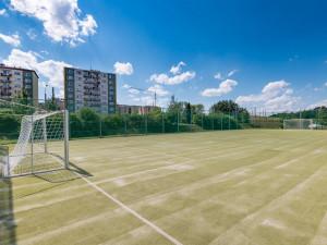 Místo sportu ničení majetku. Město se často potýká s vandalismem na hřišti na Horním Kosově