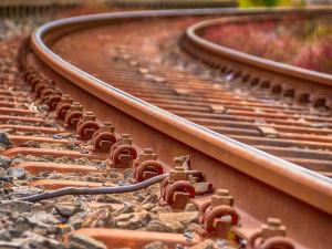 Provoz na trati Křižanov - Ostrov je po bouřce omezený. Stovky domácností jsou bez elektřiny