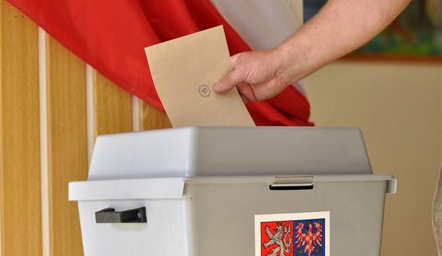 POLITICKÁ KORIDA: Jsou kvůli covidu ohroženy podzimní volby? Odpovídají krajští zastupitelé