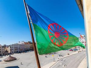 Jihlavská radnice vyvěsí romskou vlajku. Připomene zavraždění skoro tří tisíc Romů