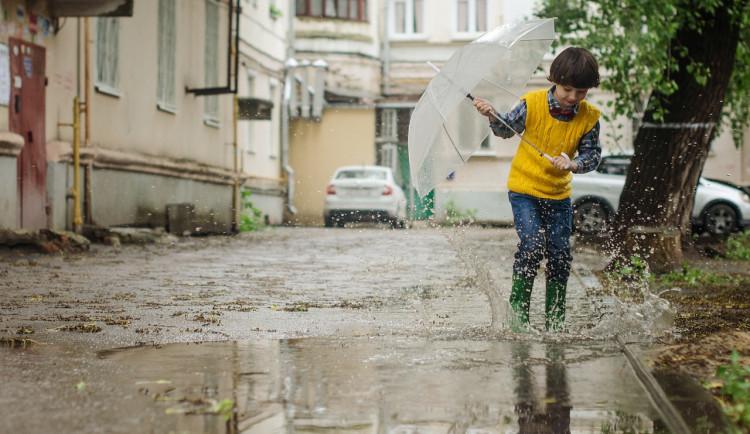 POČASÍ NA PONDĚLÍ: Přibalte deštník. Teplota nepřesáhne dvacet stupňů