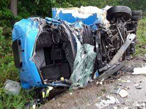 AKTUÁLNĚ: Ranní tragická nehoda dvou nákladních aut. Jeden z řidičů podlehl zranění