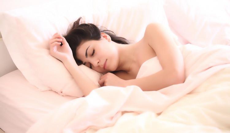 """ANKETA: Pyžamo, nebo """"naostro""""? Nahota zlepšuje kvalitu spánku a snižuje stres"""