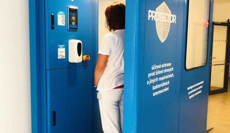 Bezkontaktní měření teploty a dezinfekce. Jihlavská nemocnice zavádí novinku