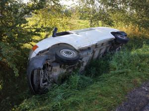 Podnapilý mladý muž nezvládl řízení a u Dobronína s vozidlem skončil na pravém boku