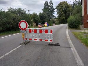 Kostelec se řidičům na 3 měsíce uzavřel. Přibydou chodníky a zlepší se povrch vozovky