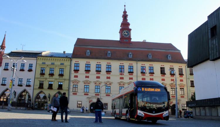 FOTO, VIDEO: První jízda parciálním trolejbusem. Po skoro 30 letech zajel i do Benešky