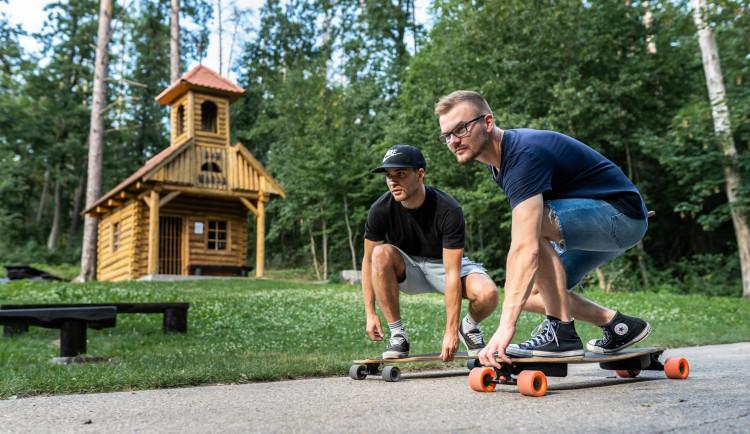 Dva roštáci na longboardech vyráží napříč vlastí. Podpoří tak malého Milánka
